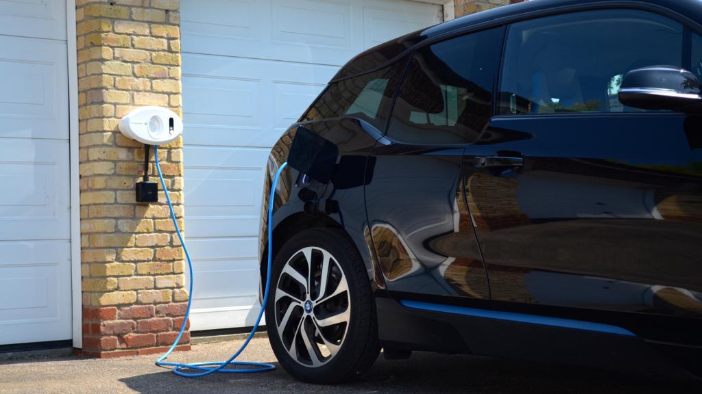 BP Chargemaster tethered Homecharge unit charging BMW i3